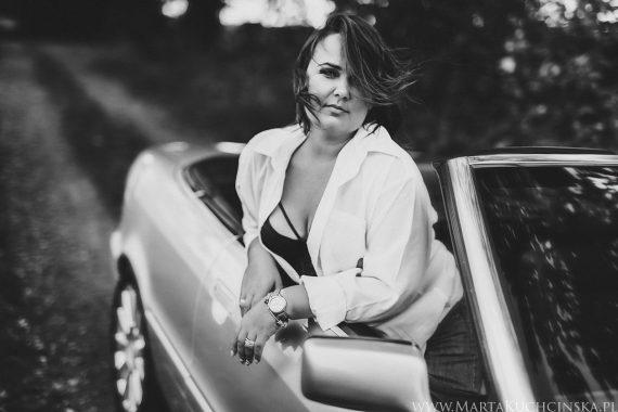 Piękna kobieta i auto - sesja kobieca w Poznaniu